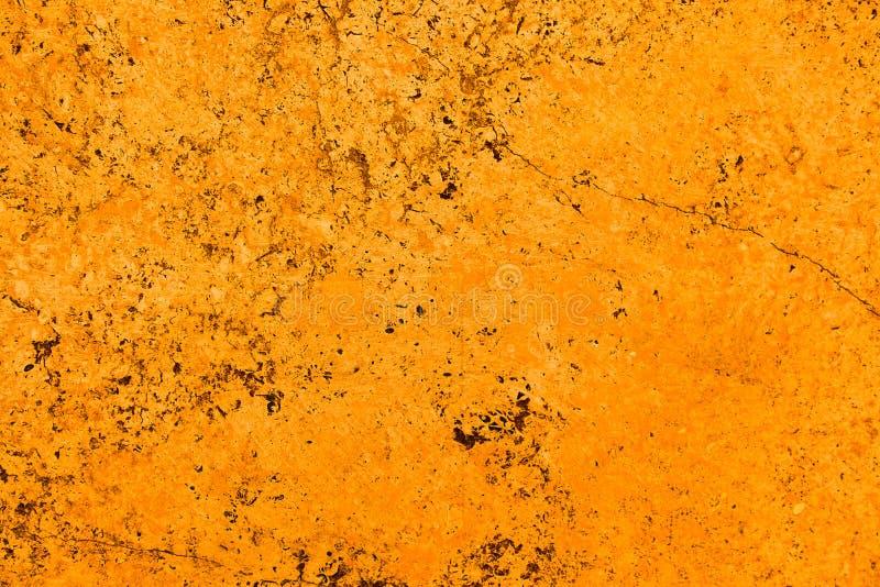 Parete di pietra della facciata arancio luminosa viva di colore con le imperfezioni e le crepe come fondo rustico e semplice vuot immagine stock