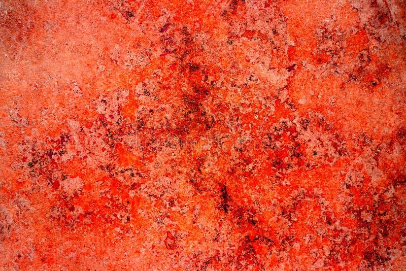 Parete di pietra della ruggine della facciata rossa di colore con le imperfezioni, i fori e le crepe come backg astratto rustico  immagini stock libere da diritti