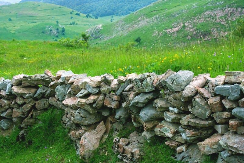 Parete di pietra e paesaggio fotografia stock