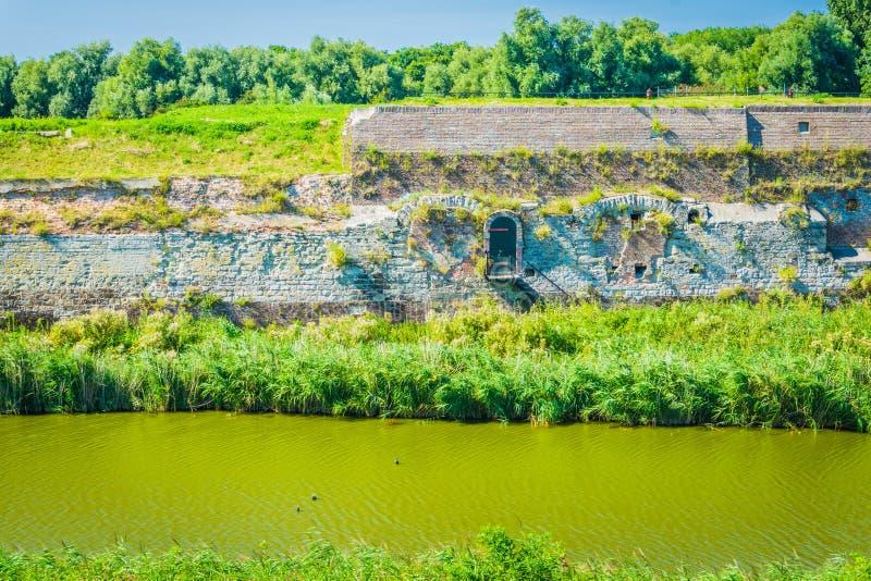 Parete di pietra enorme al fiume fotografia stock libera da diritti