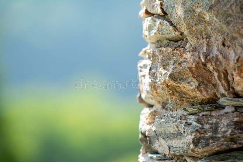 Parete di pietra di un rifugio della montagna fotografia stock