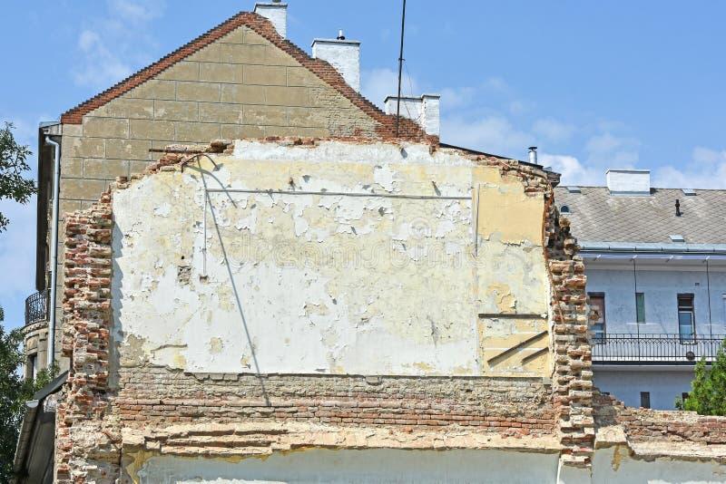 Parete di una costruzione di appartamento demolita immagini stock libere da diritti