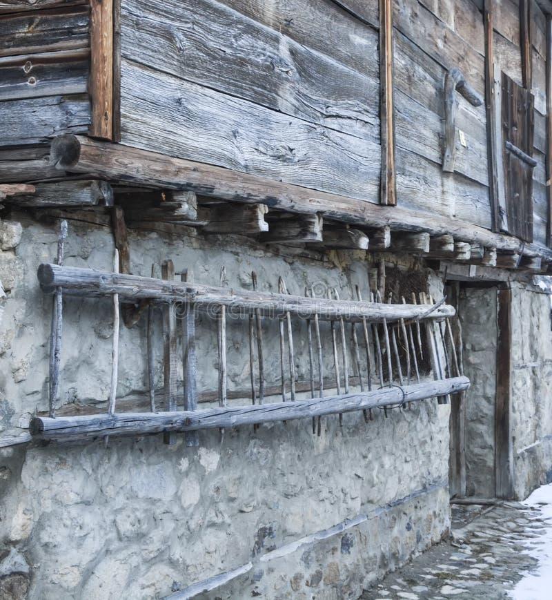 Parete di vecchia casa di campagna e di una scala di legno immagini stock libere da diritti