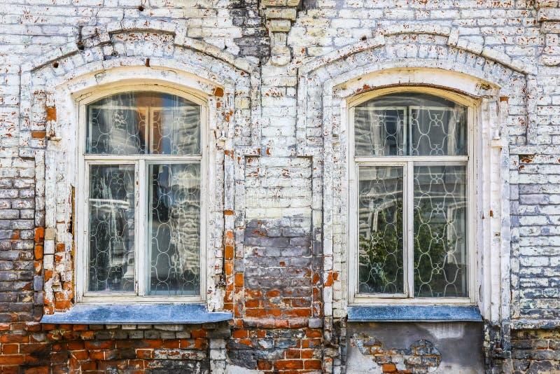 Parete di vecchia casa con mattoni a vista con le finestre for Piani di casa di mattoni
