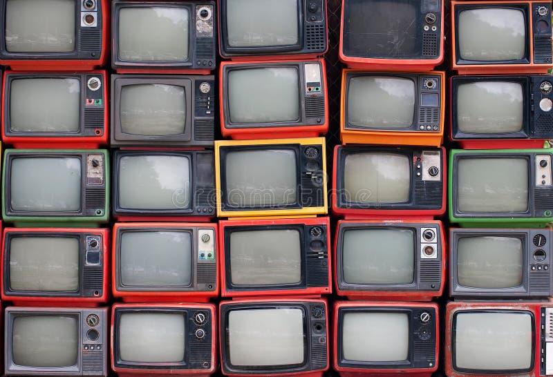 Parete di vecchie televisioni d'annata fotografia stock