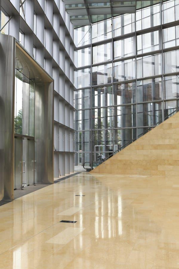 Parete di vetro dell'edificio per uffici moderno, dentro la costruzione commerciale, corridoio moderno della costruzione di affar fotografia stock