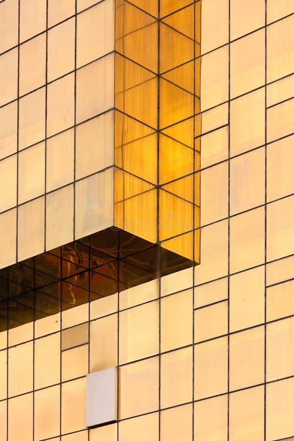 Parete di vetro dorata dell'edificio per uffici immagini stock