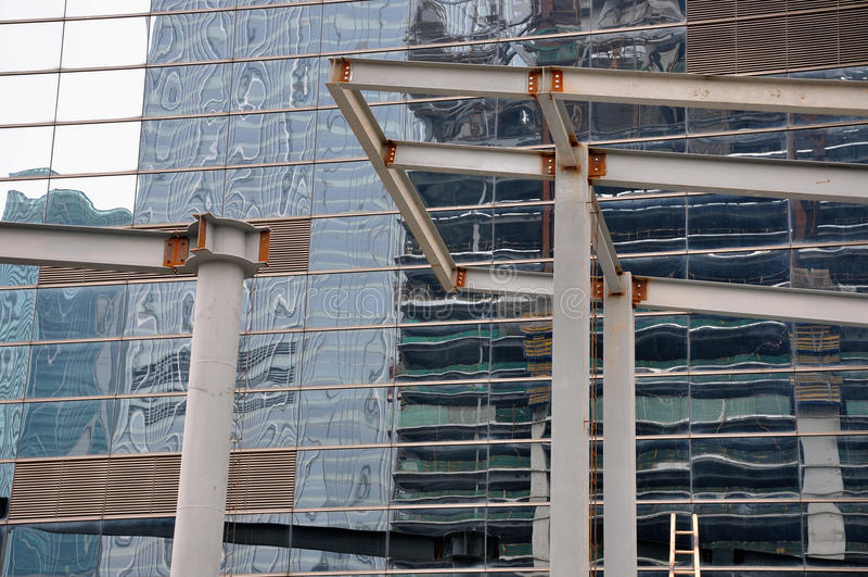 Parete di vetro esterna della trave dell'acciaio e della costruzione immagine stock libera da diritti