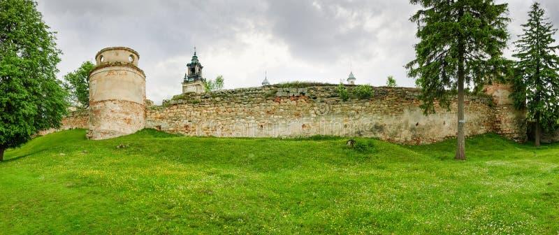 Parete difensiva del XV secolo domenicano del monastero in Pidkamin, Ucraina fotografia stock
