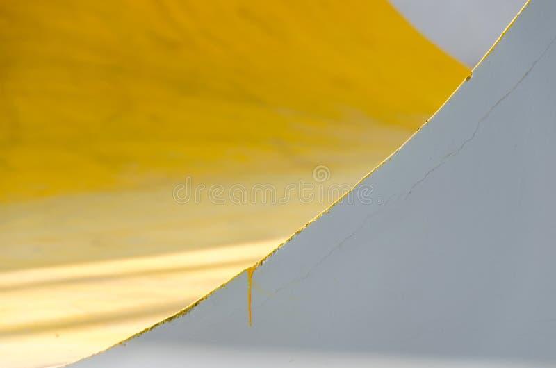 Parete dipinta gialla, grigia, bianca variopinta con le crepe Il fondo variopinto astratto con struttura, miscela gialla e grigia fotografie stock