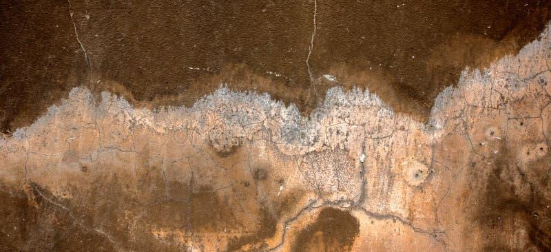 Parete dipinta scura del gesso con fondo graffiato incrinato sporco Vecchio retro brickwall d'annata con struttura dello stucco d immagini stock libere da diritti