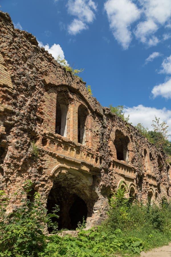 Parete distrussa mattone Rovine di Tarakanovskiy forte Dubno Ukrain fotografie stock