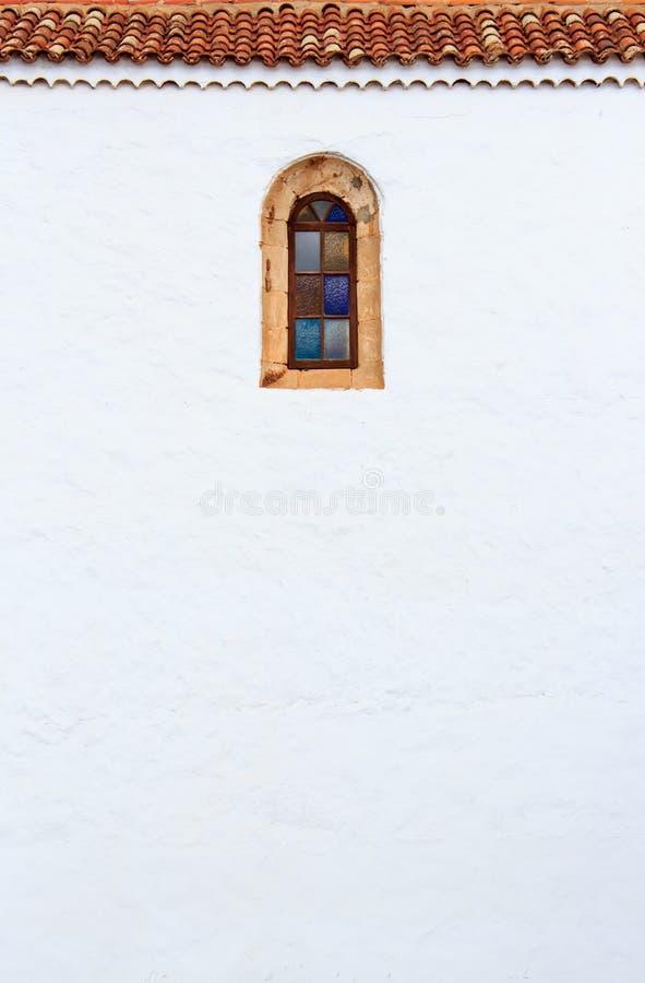 Parete e finestra della chiesa color giallo canarino di stile a La Oliva, Fuerteve fotografia stock libera da diritti