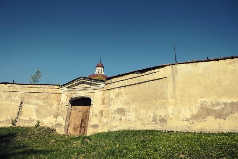 Parete e portone del monastero fotografie stock
