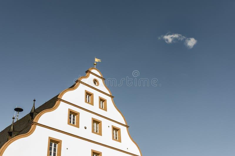 Parete frontale di Schweinfurt dell'arsenale con il timpano della coda ed il cielo blu del testo fotografie stock libere da diritti