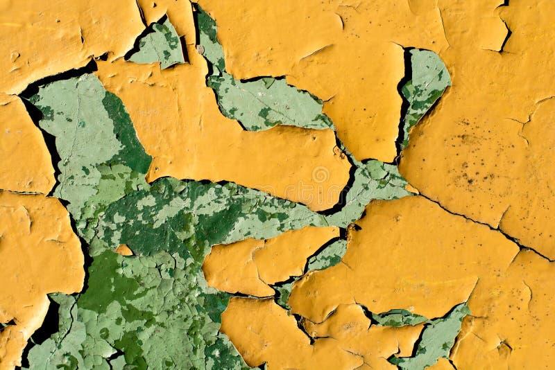 Parete gialla con pittura scheggiata fotografia stock