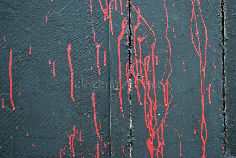 Parete grigia concreta, macchie del color scarlatto rosso della pittura, graffito immagine stock libera da diritti