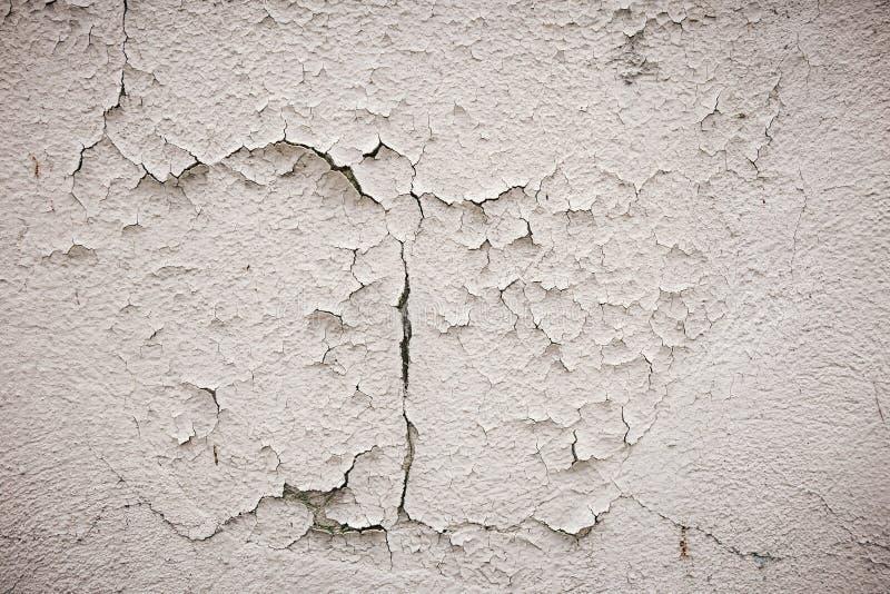 Parete grigia del cemento con le tracce della spazzola sul gesso di sbriciolatura composizione strutturale immagini stock