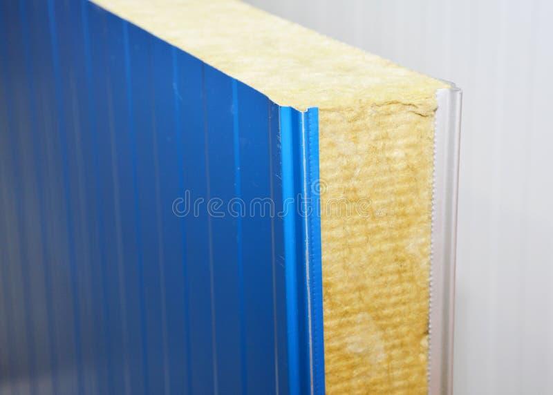 Parete industriale della costruzione di profilo del metallo con l'isolamento della lana di roccia fotografia stock
