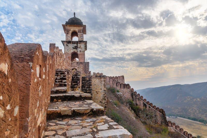 Parete lunga antica con le torri intorno ad Amber Fort al tramonto Il Ragiastan L'India immagini stock libere da diritti