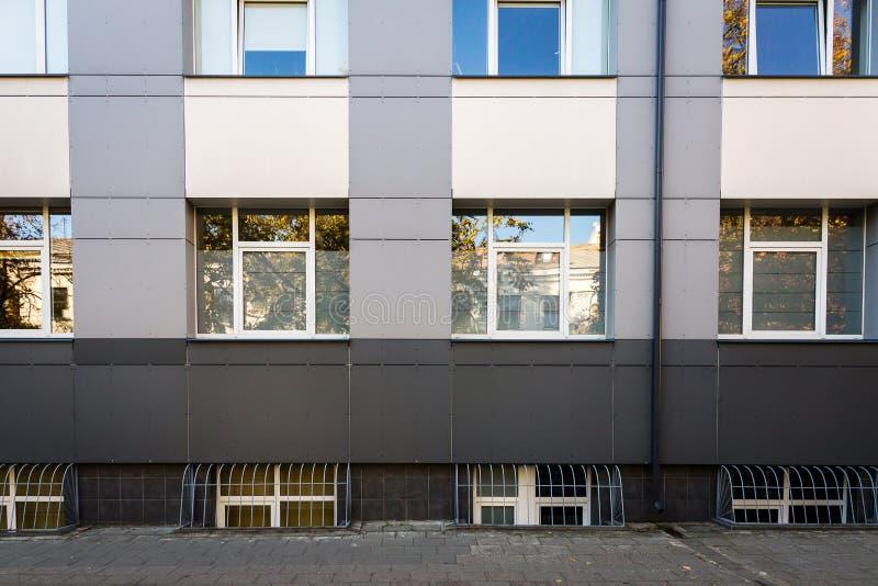 Parete moderna con alcune finestre fotografia stock libera da diritti
