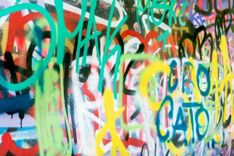 Parete multicolore dei graffiti nella città fotografia stock