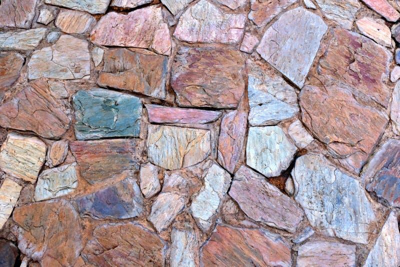 Parete naturale fatta dalle rocce e dalla pietra È usato per fondo e struttura fotografia stock