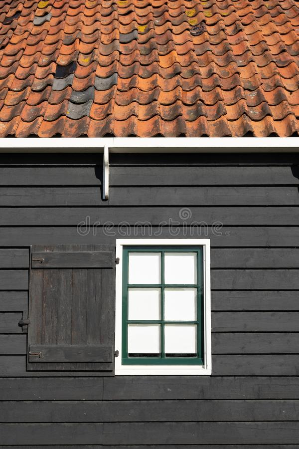 Parete nera con la struttura della finestra bianca immagini stock libere da diritti