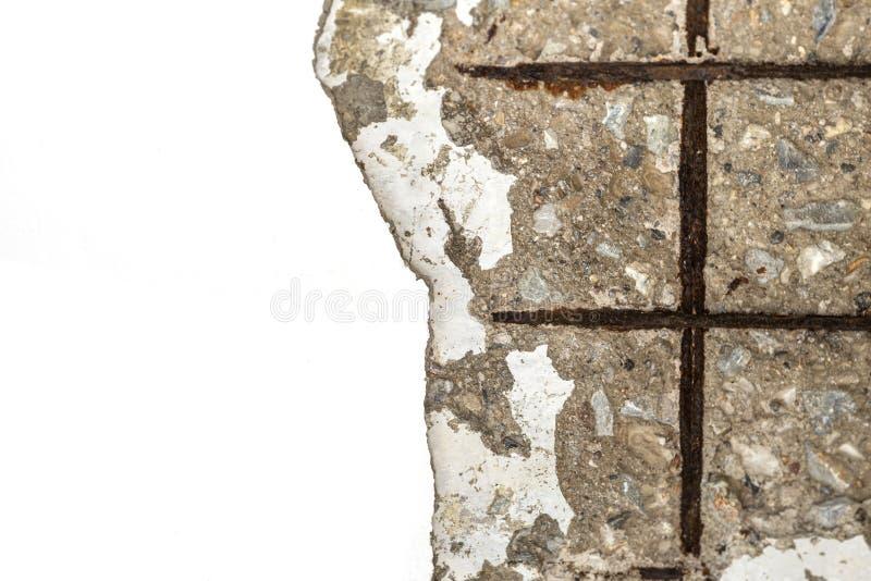 Parete nociva con acciaio arrugginito in parete del cemento della crepa immagine stock