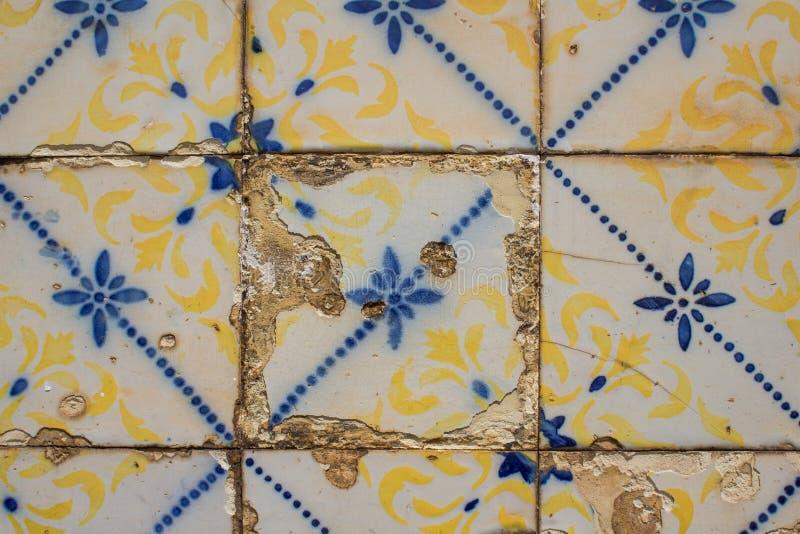 Parete portoghese tradizionale delle piastrelle di ceramica Decorazione esteriore tipica sulla casa nel Portogallo fotografia stock libera da diritti