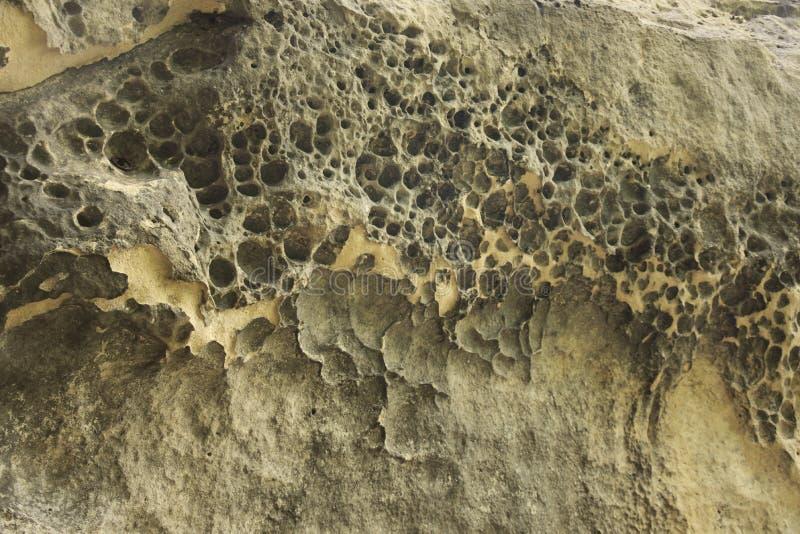 Parete rocciosa bucata fatta di arenaria immagini stock