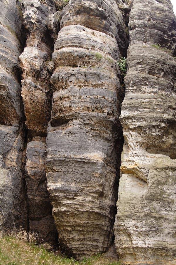 Parete rocciosa della montagna grigia ruvida immagini stock libere da diritti