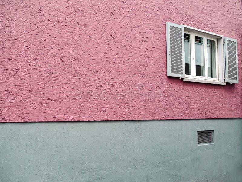 Parete rosa ruvida con le finestre aperte della stoffa per tendine immagini stock