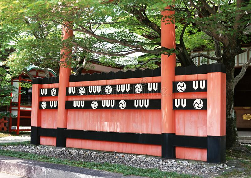 Parete rossa e nera di architettura decorativa giapponese con un fondo di due colonne immagine stock libera da diritti