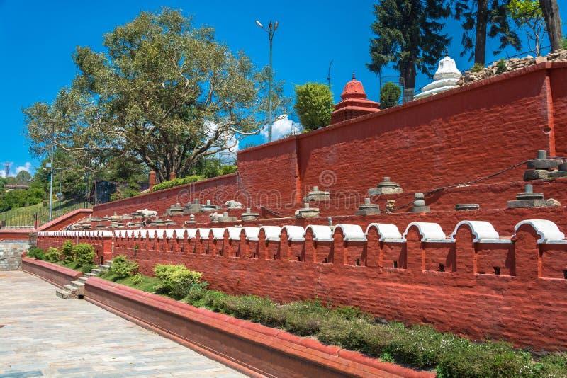 Parete rossa nel tempio complesso di Pashupatinath, Nepal fotografia stock