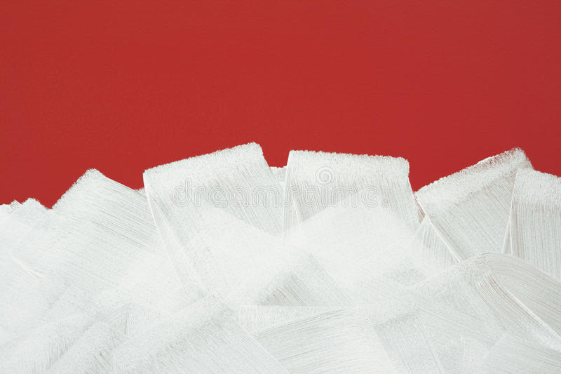 Parete rossa verniciata nel bianco con il rullo di vernice immagini stock libere da diritti