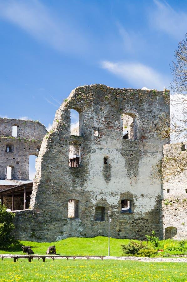 Parete rovinata del castello episcopale di Haapsalu fotografia stock libera da diritti