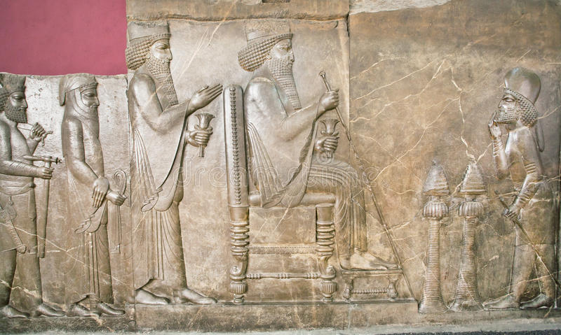 Parete rovinata di Persepolis che mostra vita di re Darius su sollievo nel museo nazionale dell'Iran immagine stock libera da diritti