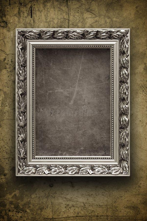 Parete scura e grungy con il blocco per grafici d'argento immagine stock