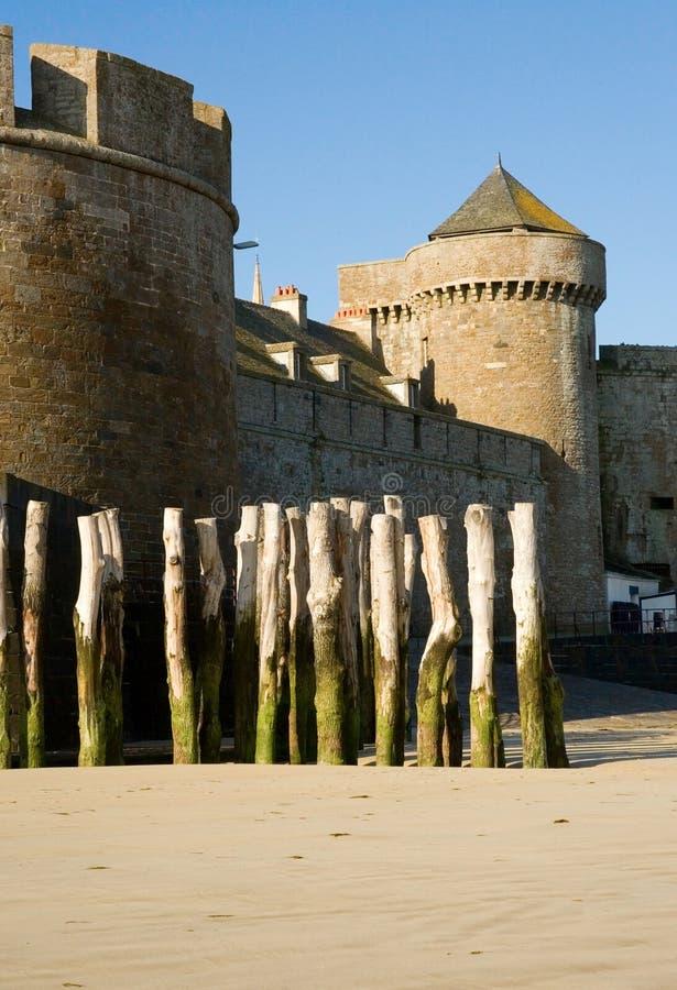 Parete vecchia della fortezza e pali di legno al San-Malo fotografia stock libera da diritti