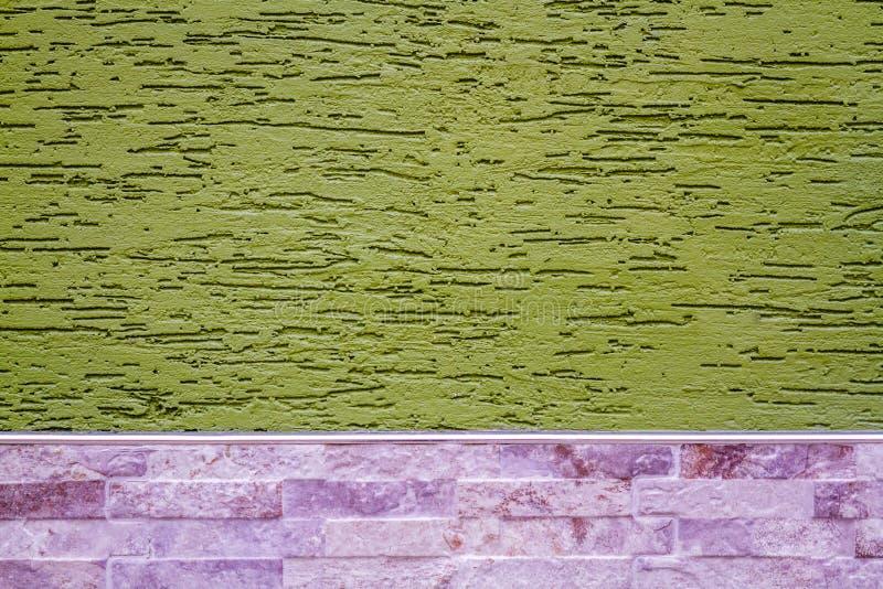 Parete verde coperta di gesso decorativo, come struttura e Backg immagini stock