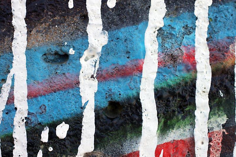 Parete vicina su di struttura dei graffiti, con i colori vibranti immagini stock