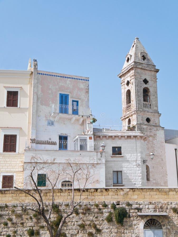 Pareti antiche con Belltower. Bari. Apulia. fotografia stock