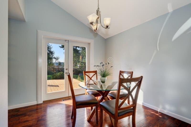 Pareti blu pastelli e soffitto arcato di sala da pranzo americana fotografie stock libere da diritti