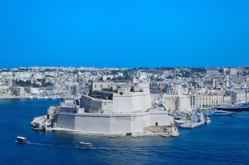 Pareti del calcare e torri antiche della st forte Angelo dai giardini superiori di Barrakka, La Valletta, Malta immagine stock