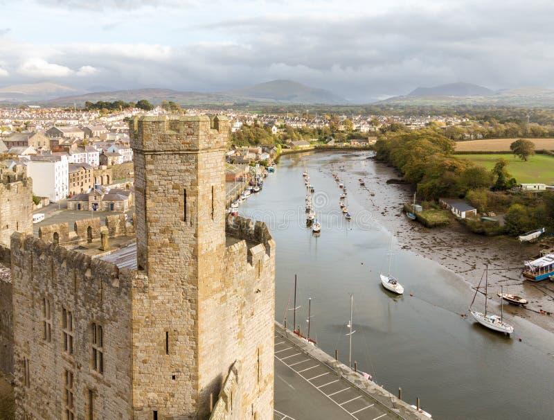 Pareti del castello di Caernarfon con il fiume Seiont fotografia stock libera da diritti