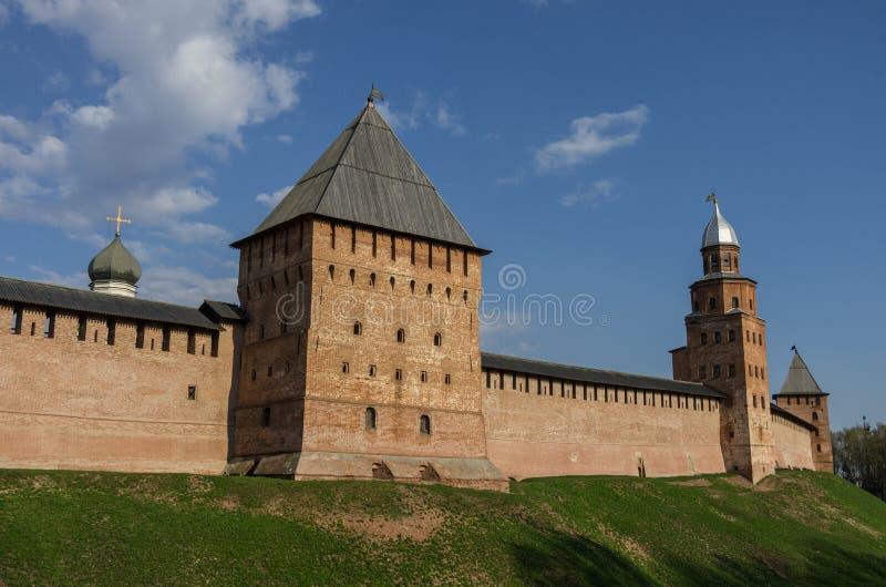 Pareti del Cremlino di Novgorod con la torre di Kokui e la torre di Pokrovskaya fotografia stock libera da diritti