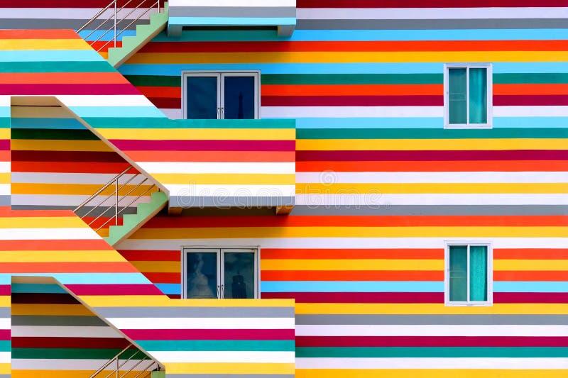Pareti del fondo delle costruzioni colorate luminose con l'uscita di sicurezza/le costruzioni colorate luminose fotografia stock