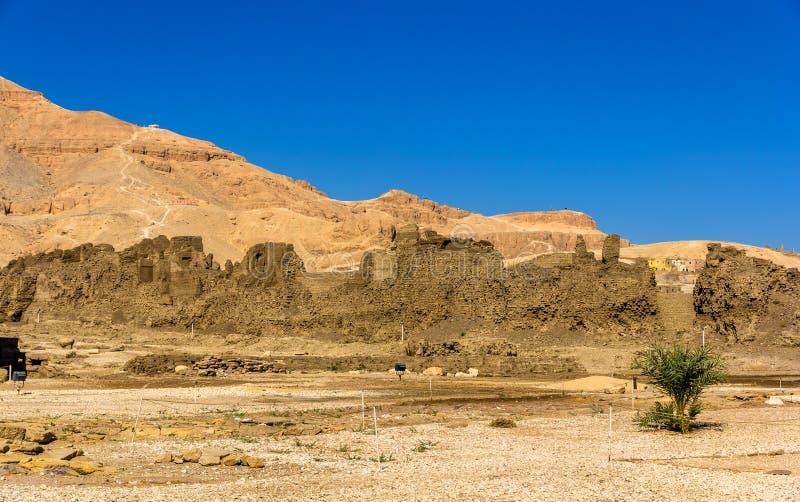 Pareti del tempio di Madinet Habu sulla sponda ovest del Nilo - immagini stock libere da diritti