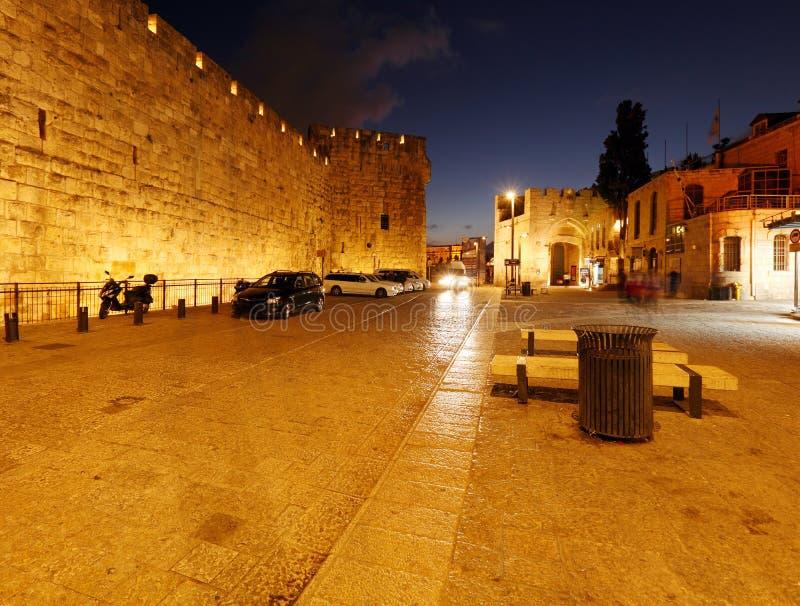 Pareti della città antica alla notte, Gerusalemme immagini stock